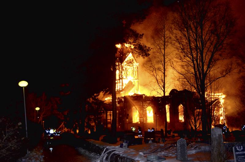 Ylivieskan kirkko paloi rajusti pääsiäislauantaina 26.3.2016.