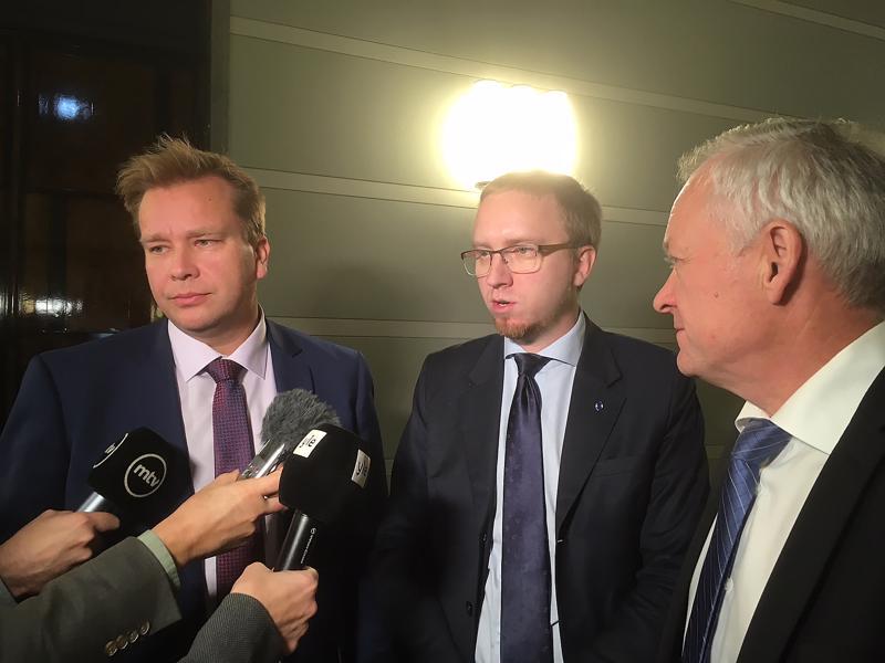 Hallituspuolueiden eduskuntaryhmien puheenjohtajat, Antti Kaikkonen (kesk.), Simon Elo (sin.) ja Kalle Jokinen (kok.) kävivät tiistaiaamuna ilmaa puhdistavan keskustelun.