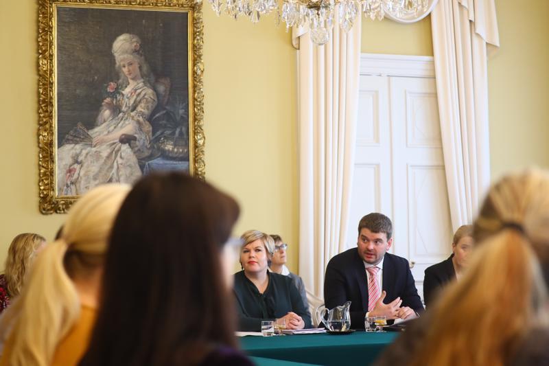 Perhe- ja peruspalveluministeri Annika Saarikko (kesk.) kutsui Islannin sosiaali- ja tasa-arvoministeri Ásmundur Einar Daðasonin vierailulle Suomeen. Ministerit tapasivat viimeksi maaliskuussa YK-kokouksessa New Yorkissa.