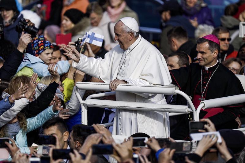 Paavi kiersi Vapaudenaukiolla varta vasten itselleen tehdyllä autolla Tallinnassa ennen jumalanpalveluksen alkua.