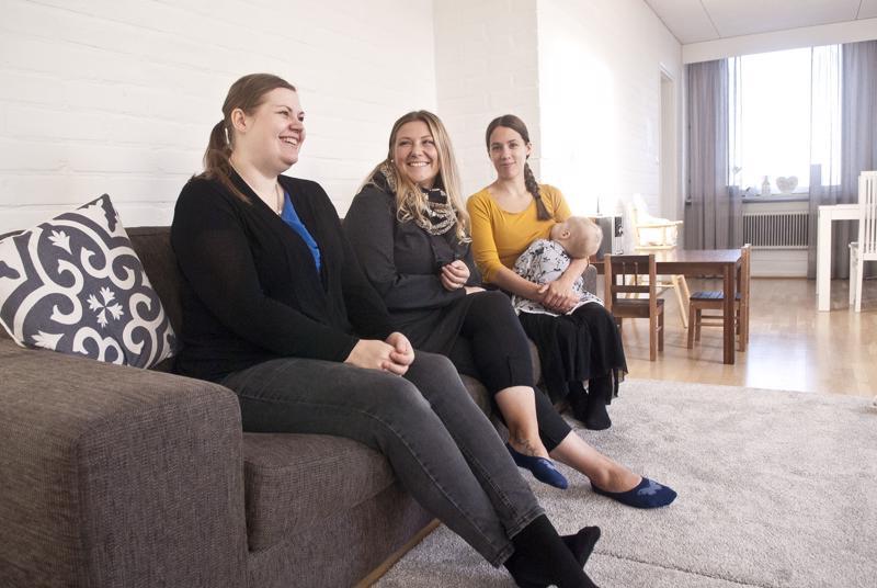 Kokkolassa imetystukiäitejä on toistakymmentä, imetystukiryhmän aktiiveja on kolme: Monica Kolppanen (vas.), Milena Rönnqvist ja Maarit Kortesalmi.