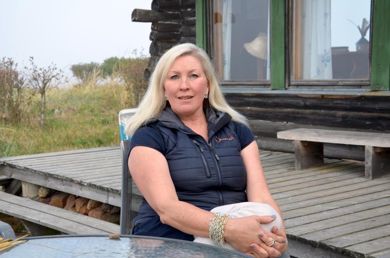 Kokoomuksen valtuustoryhmän puheenjohtaja Hanna Saari antaa kaupunginjohtajalle täyden tukensa.