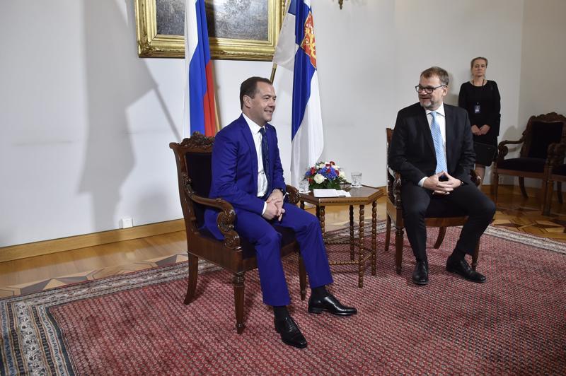 Venäjän pääministeri Dmitri Medvedev ja Suomen pääministeri Juha Sipilä (kesk.) aloittivat neuvottelut reilut puoli tuntia myöhässä Helsingissä.