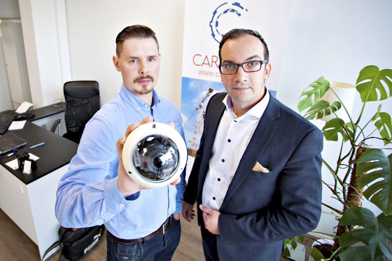 Santtu Harjuhaahto perusti Caracom Group Oy:n helpottamaan työmaalla kulkemista ja lisäämään myös työturvallisuutta. Työntekijä ei tarvitse enää kulkulätkää tai henkilöllisyyskorttia. Riittää, että hän kävelee tällaisen kameran ohi. Antti Vähäoja toimii yrityksen myyntijohtajana.