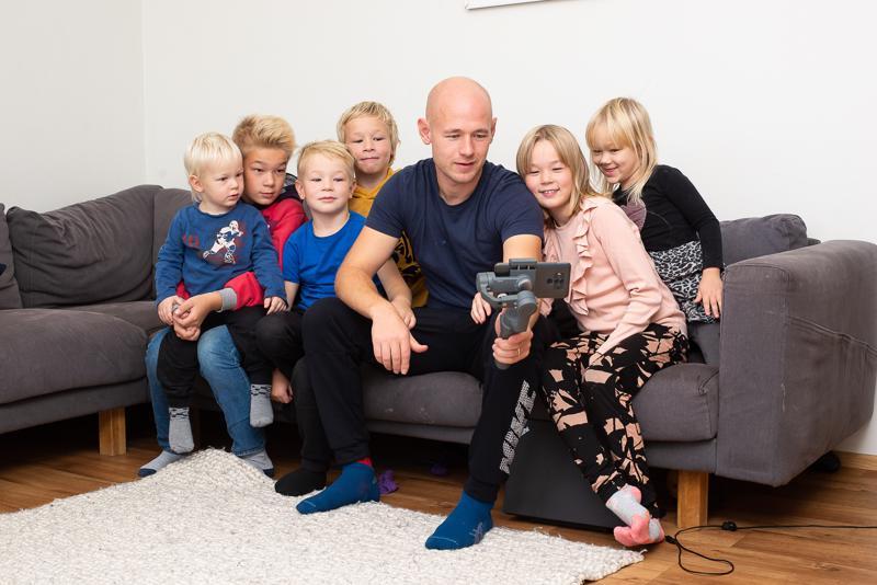 Laitilan perheen lapset Liinus, Viljami, Eemeli, Akseli, Emilia ja Lyydia ovat innostuneet isänsä Ville Laitilan kanssa tubettamisesta niin paljon, että Emilialla (oik. edessä) on jo omakin Youtube-kanava ja Viljami (vas.) on aikeissa perustaa sellaisen lähiaikoina.