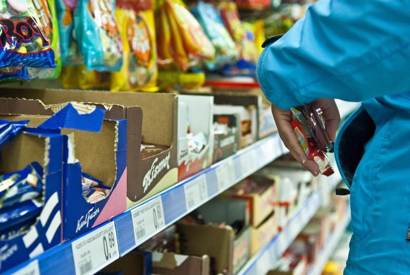 Näpistelijän taskuun saattaa livahtaa karamelliä. Yhä ammattimaisempi sarjanäpistely on kaupoiille iso ongelma, jota halutaan ehkäistä lakimuutoksella.