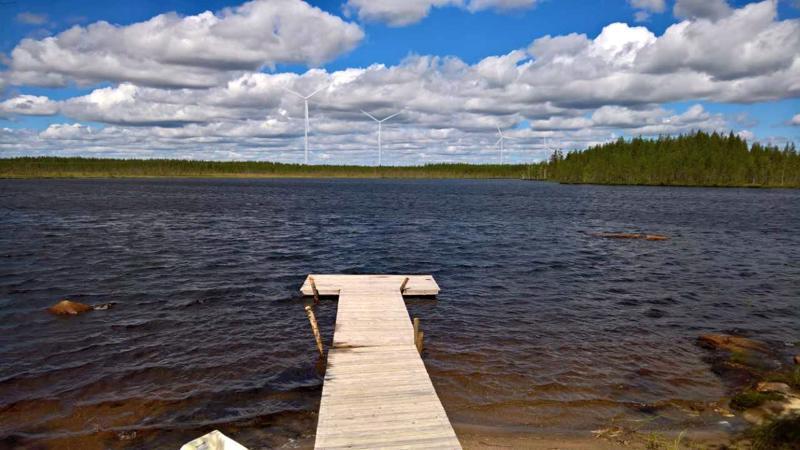 Suomen Hyötytuuli Oy:n havainnekuva Alajoelle suunnitellusta tuulivoimapuistosta Valkeislammelta päin katsottuna.