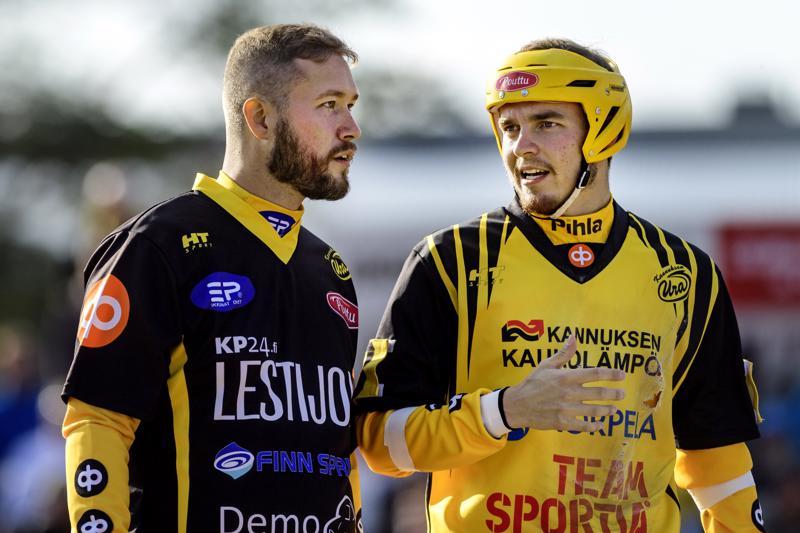 Pelinjohtaja Eetu Rekonen (vas.) ja joukkueen kapteeni Sami Lundström jatkavat ensi kaudellakin Uran paidassa.