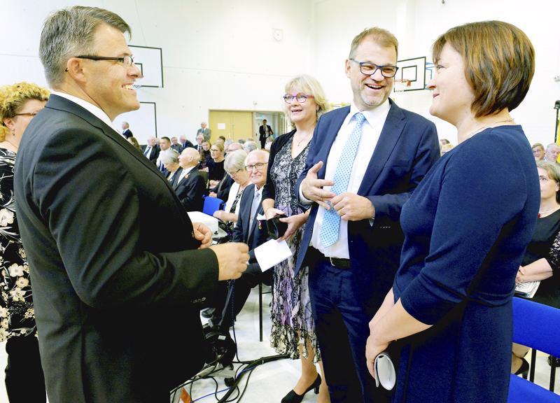Perhossa juhlittiin eilen 150-vuotiasta kuntaa. Kunnanjohtaja Lauri Laajala, rouva Minna-Maaria Sipilä, pääministeri Juha Sipilä ja kunnanvaltuuston puheenjohtaja Sarita Kirvesmäki keskustelemassa ennen juhlan alkua.