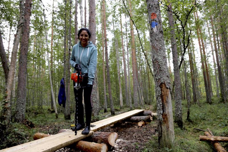 Italialainen Rania on yksi 18:sta EVS-vaihtarista Salamajärvellä. Rania poraa reikää uuteen pitkospuuhun ja reikään hakattiin puutappi pitämään puut paikallaan.