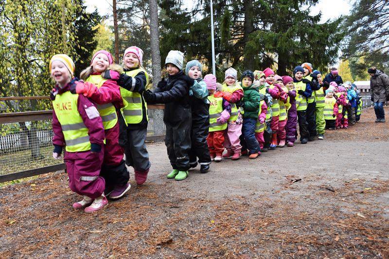 Taikapuiston lapset osallistuivat keskiviikkoaamuna Suomen suurimpaan letkajenkkaan.