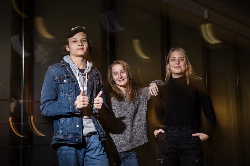 Ammattiopiston opiskelijat Joni Märsylä (vas.), Nea Nisula ja Saana Koivisto odottavat saavansa Hyvinvointimessuilta vinkkejä muun muassa terveelliseen ruokavalioon.