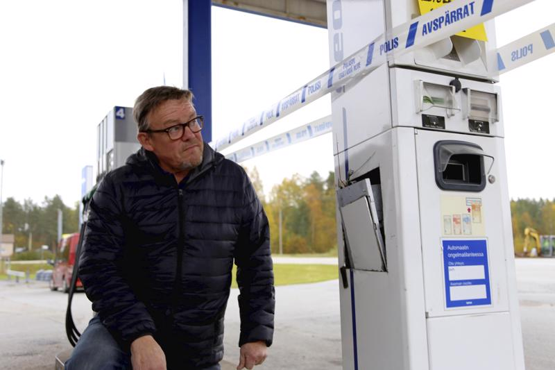Yrittäjä Kullervo Harjupatana on vihainen varkaille. Vetelin ainoa pankkikortilla ja seteleillä toimiva automaatti on nyt pois käytöstä, koska varkaat rälläköivät seteliautomaatin kyljestä sisään ja samalla rikkoivat tietoliikenneyhteydet. Seon toinen bensa-automaatti on käytössä huoltoaseman aukioloaikoina.