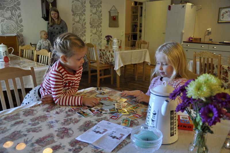 Peli pystyyn. Serafiina Toivola ja Adele Remesaho pelasivat dominoa Katariinan Kamarilla kokoontuvassa Toholammin MLL:n perhekahvilassa.