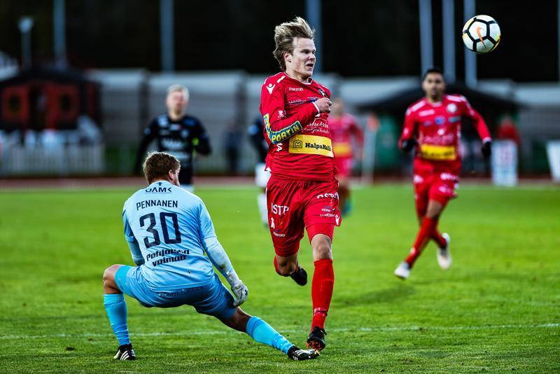 Juhani Pennanen ennätti palloon ennen Severi Kähköstä. Pennanen piti nollan, kun AC Oulu voitti Pietarsaaressa.