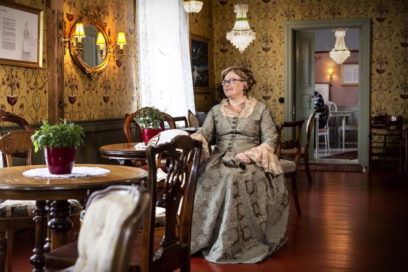Piia Vähäsalo on päässyt hyödyntämään rakkauttaan historiaan Langin Kauppahuoneen kunnostuksessa. Talon tarinat kiehtovat häntä ja ovat monin tavoin esillä yrityksen toiminnassa.