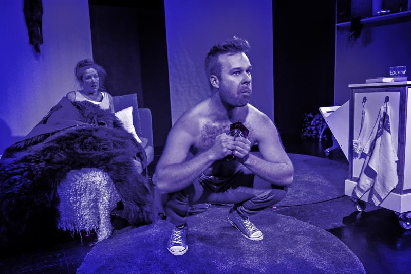 Yöllä aviomies, Niko Karjalainen, muuttuu luontodokumentin ihmisapinaksi, joka haluaa syödä lihaa!