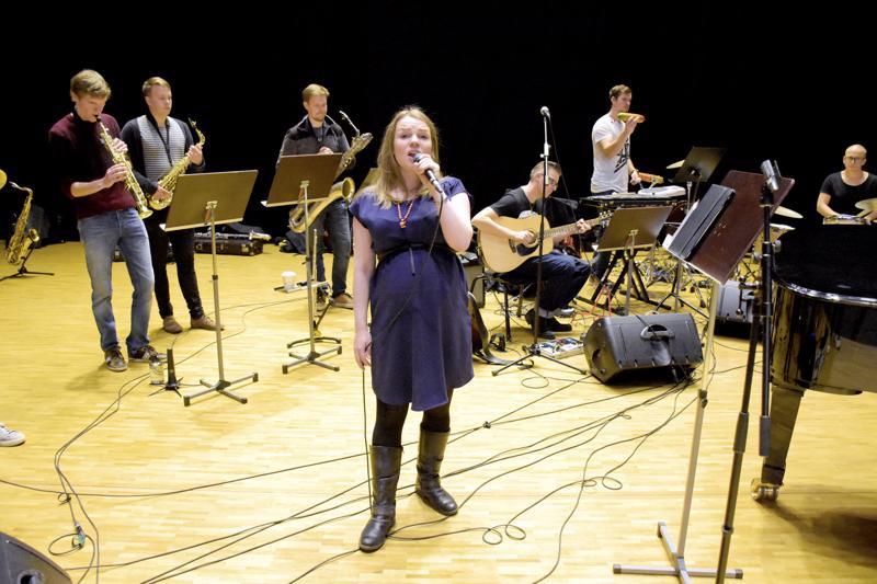 Heidi Takaneva on yksi keskiviikon juhlakonsertin solisteista. Hän esittää itse säveltämänsä kappaleet.
