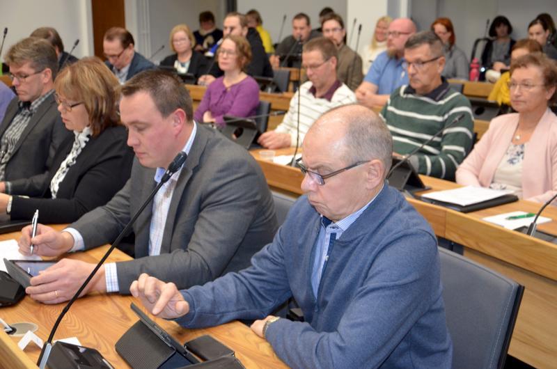 Ylivieskan kaupunginvaltuusto mietti maanantaina rahankäyttöä, kuvassa etualalla ovat keksustan Samuli Kärkinen ja kokoomuksen Pauli Korpi-Tassi.