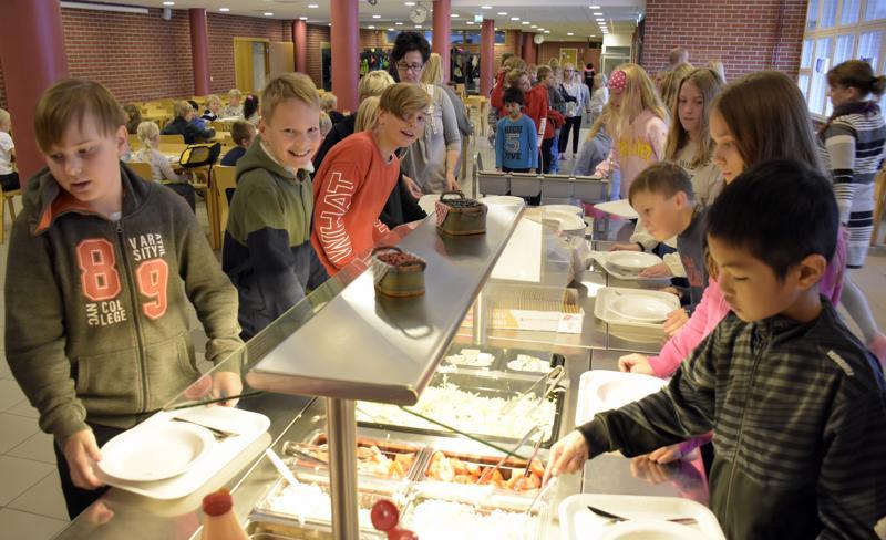 Länsinummen koulun oppilaita ruokajonossa