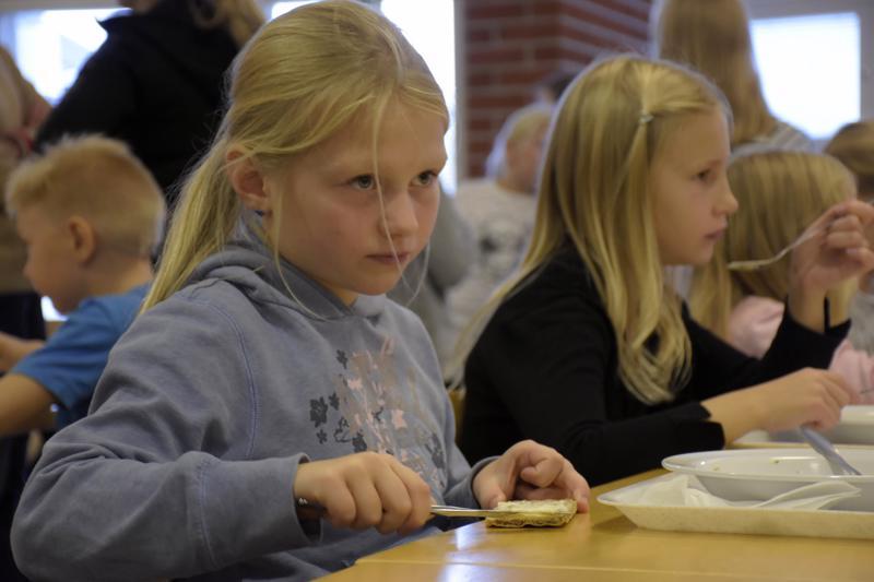 Kouluruoka maistuu toisen luokan oppilaille Venla Suolle ja Moa Myllymäelle.