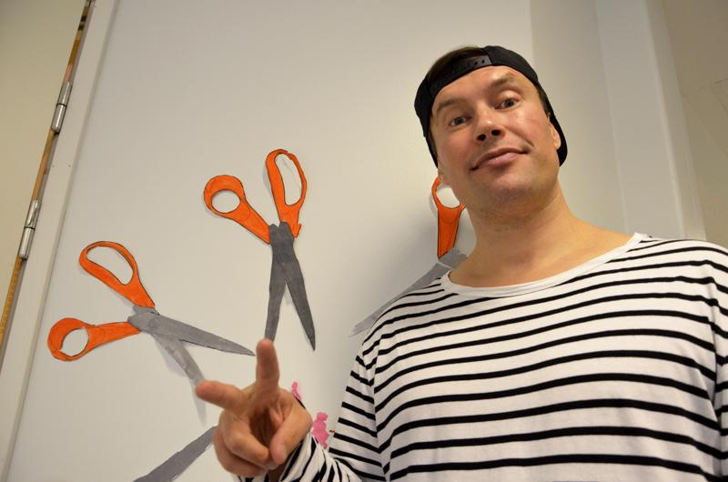 - Työpajoissa on lähdetty liikkeelle peruskysymyksistä, rap-artisti Mikko Sarjanen Atomirotta-yhtyeestä sanoo. Hän on ollut Sanat haltuun -hankkeen työpajoissa viemässä lukutaitoa ammattikouluihin.