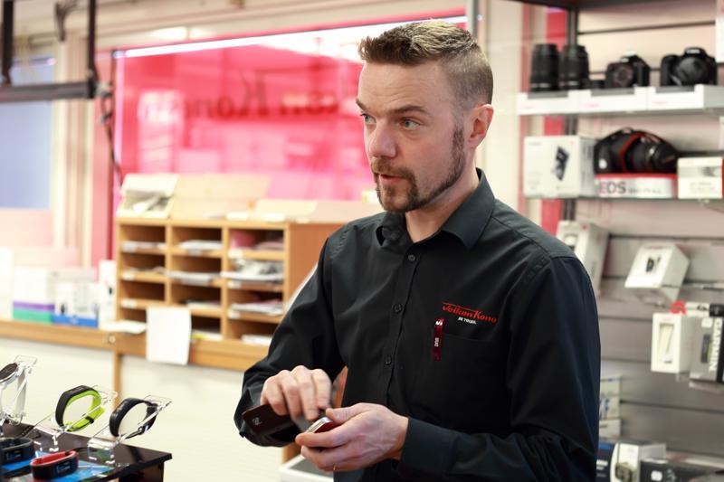 Päivärinnan kodintekniikka- ja huonekalumyymälän myymäläpäällikkö Heikki Koskela neuvoo seuraamaan ilmoittelua Kympin päiviin liittyen.