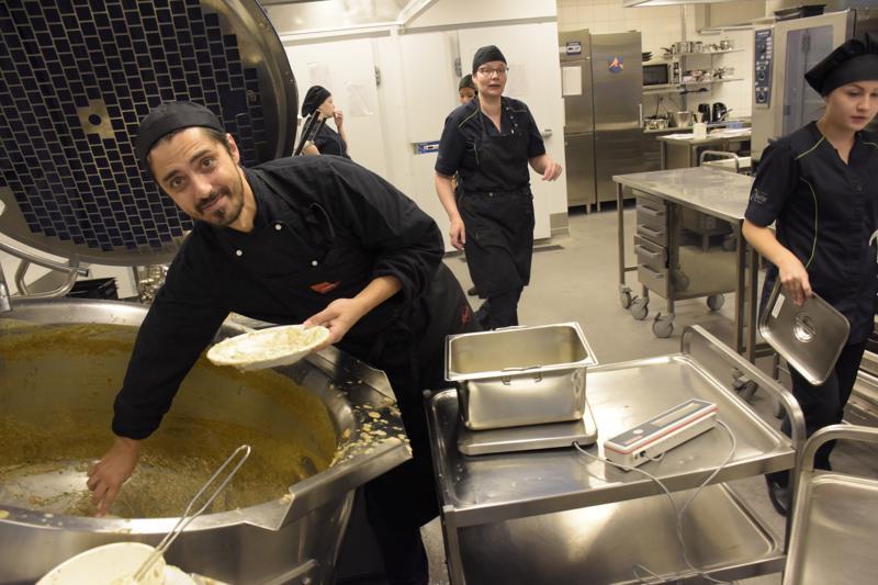Ranskalainen kokki Julien Hubér vieraili Pietarsaaressa Länsinummen koululla.
