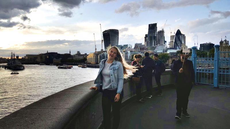 Miira Hietala Tower Bridge -sillan luona. Se on yksi Lontoon hienoimmista nähtävyyksistä.