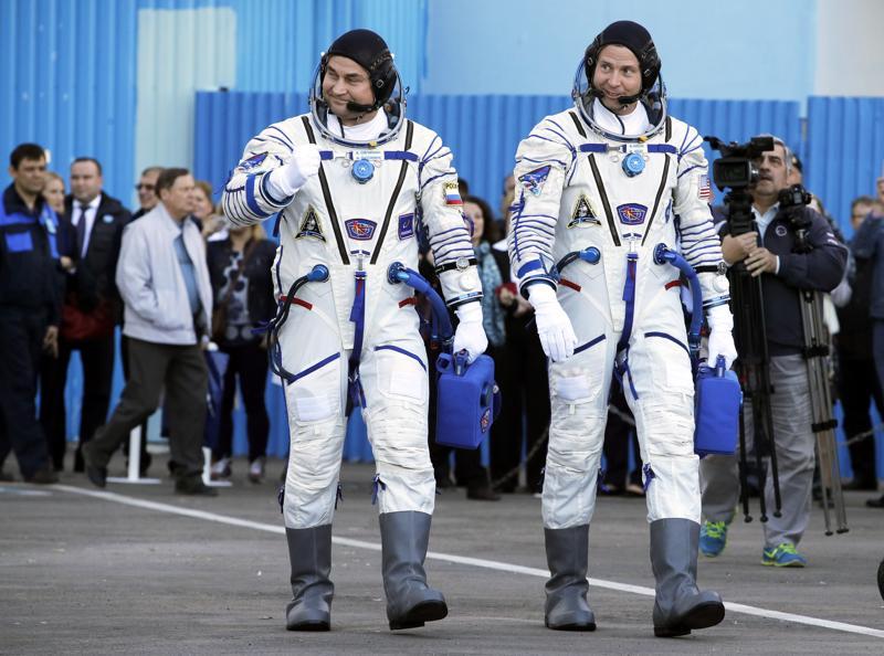 Kosmonautti Aleksei Ovtshinin (vas.) ja astronautti Nick Hague astelivat kohti Sojuz-kantorakettia varhain torstaina.