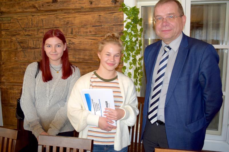 Keski-Pohjanmaan Yrittäjien myöntämää parhaan kunnan palkintoa vastaanottivat Reisjärvellä pidetyssä tilaisuudessa kaupunjohtaja Juha Uusivirta ja hänen työhönsä päivän tutustuneet Helga Annala ja Ninni Teppo Haapajärven yläasteelta.