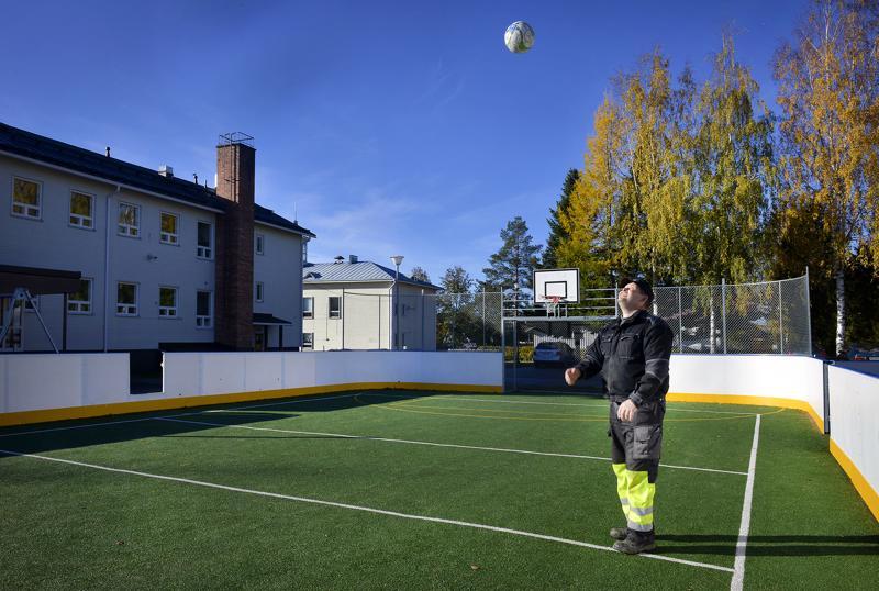 Monitoimiareenan oli tarkoitus tulla vanhalle pesäpallokentälle, mutta se päätyi lopulta Vetelin keskuskoulun pihalle. Kirvesmies Juha Takalan toimenkuvaan kuuluu tarvittaessa myös liikuntapaikkojen hoito.