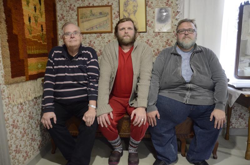 Pekka Kivelä, Mano Kattilakoski ja Kai-Eerik Känsälä suhtautuivat Mysteerio-näytelmässä Kaustista koskeviin tarinoihin asiaan kuuluvalla hartaudella.