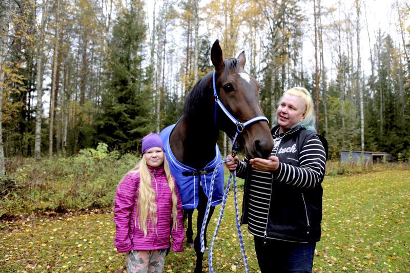 Samu on Hanne Rönkön tyttären Riana Joukosalmen suosikki. Ihmisten kiinnostus Samun vierailuun palvelutalo Iltaruskossa sisällä häkellytti Hannen.