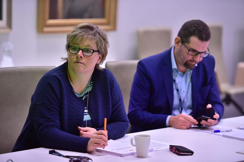 Kaupunginjohtaja Stina Mattila ja hallintojohtaja Ben Weizmann kaupunginjohtajan budjetti-infossa.