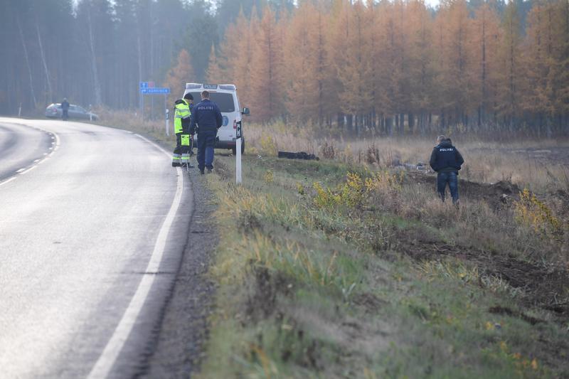 Poliisi teki onnettomuuspaikalla tutkimuksia lauantaiaamuna.