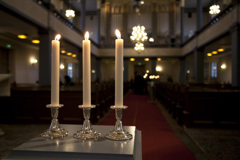 Kalajoen kirkossa sytyttiin kynttilät menehtyneiden poikien muistoksi.