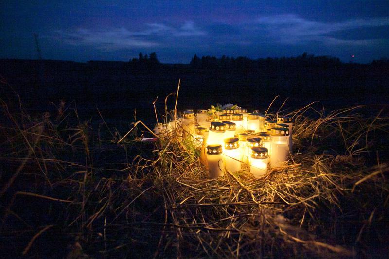 Kynttilät valaisevat Kalajoen onnettomuuspaikkaa.