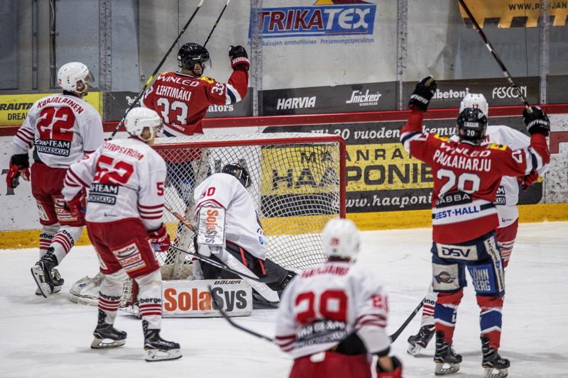 Hermeksen Miro Lehtimäki (kesk.) oli pelipäällä K-Vantaata vastaan. Lehtimäen lavasta lävähti kaksi osumaa.