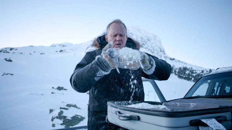 Nils Dickman (Stellan Skarsgård) aikoo kostaa rikollisjoukon tekemän poikansa surman.