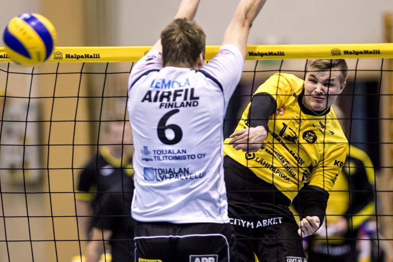 Tiikereiden Jiri Hänninen iskee pallon ohi Akaan Miikka Levolan torjunnan.