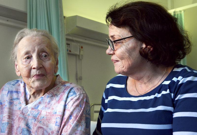 Elisa Riihimäki ja hänen äitinsä Lilja Riutta ovat kiertäneet tämän vuoden aikana useissa hoitolaitoksissa.