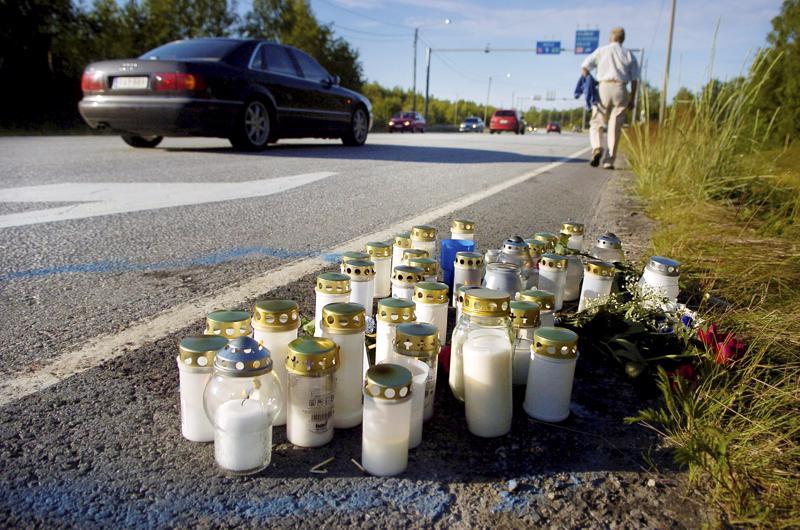 Onnettomuuspaikalle ilmestyvä kynttilämeri on yksi osoitus suomalaisten välittämisestä ja yhteisöllisyydestä.