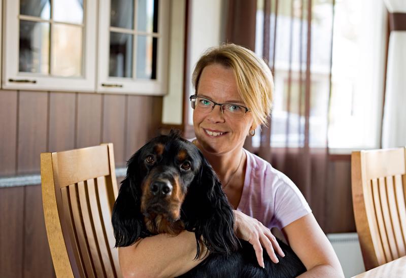 Teija Honkonen ja puolitoistavuotias Aamos-koira.
