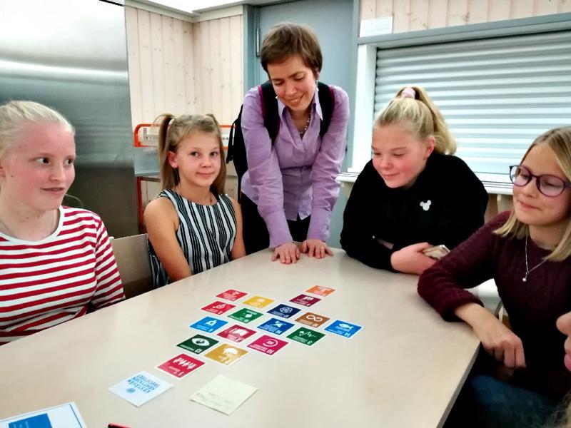 Polaris-koululaiset pohtimassa kestävään kehitykseen liittyviä asioita. Tuotosta tarkastelee Haapajärven lukion opettaja Katri Matilainen.