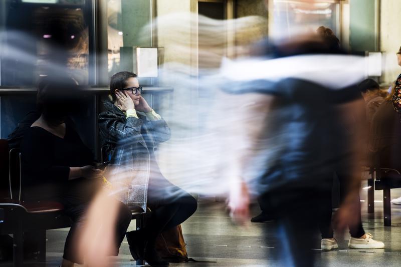 Isossa ihmisjoukossa Jutta Annala on yliviritystilassa. Nykyisin hän on oppinut ottamaan oman tilansa ja käsittelemään tunnetilansa pysähtymällä hetkeen ja keskittymällä hengitykseen.