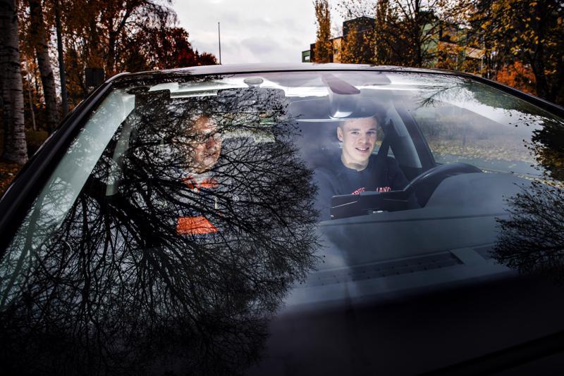 Simo Harjupatana antoi Akseli Karjalaiselle ajo-opetusta Kokkolassa.
