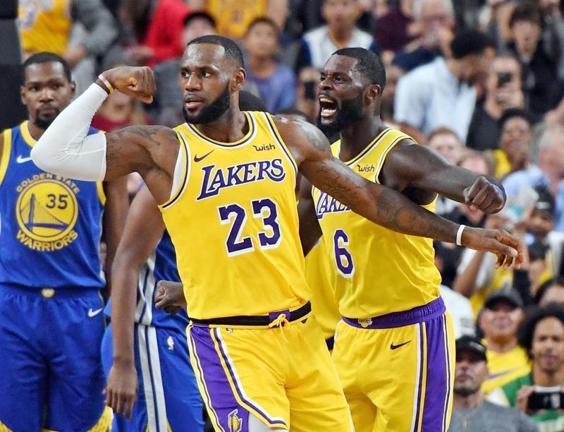 Kuninkaan tuuletus. Golden Staten supertähti Kevin Durant (vas.) sai katsella nuopeana LeBron Jamesin tuuletusta harjoitusottelussa. Jamesin iloon yhtyy Lance Stephenson.