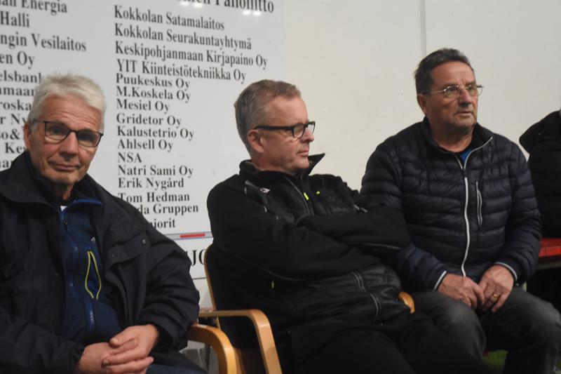 Olli Mäntylä (vas.) ja Pekka Kalliokoski seuraavat lauantain ottelun kotona ja Lasse Sorvisto katsomosta.