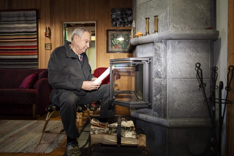 Puulämmitys on kesämökkien yleisin lämmönlähde. Tammelassa lomaileva Ilkka Kouri sytyttää tulet isoon vuolukivitakkaan.